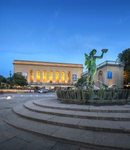 Bild på Götaplatsen med Poseidon i förgrunden och Göteborgs konstmuseum och konsthall i bakgrunden