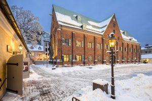 Snö på marken utanför Kronhuset och Kronhusbodarna.