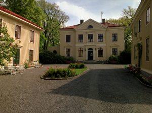 Gårdsplanen vid de tre gula trähusen på Kvibergsnäs Landeri.