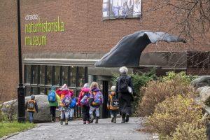 Barngrupp med lärare går utanför Naturhistoriska museet