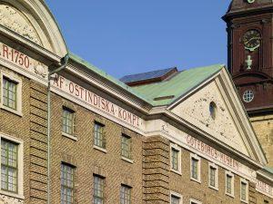 Göteborgs stadsmuseums gula tegelfasad och tak. Till höger syns Tyska kyrkans torn.