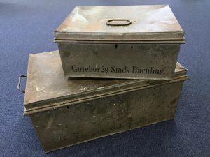 Två plåtlådor står på varandra med texten Göteborgs Stads Barnhus.