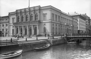Börsen 1929 då Östra Hamngatan fortfarande var kanal. Arkivbild: Kamerareportage