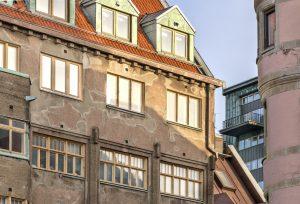 Närbild av fasaden på Skeppsbron 4.