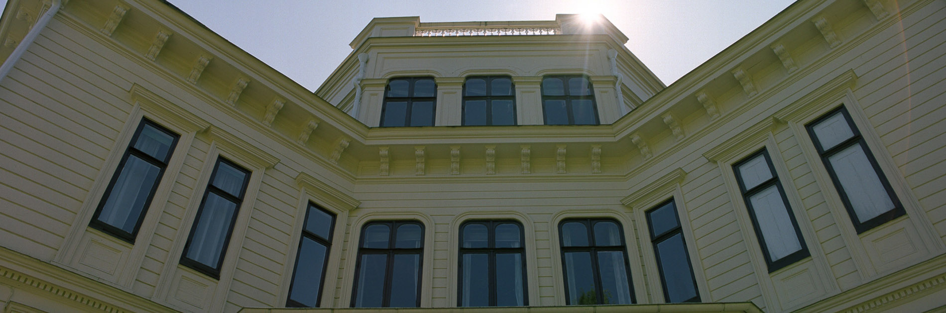 Solen lyser på Billdals Gårds fasad.