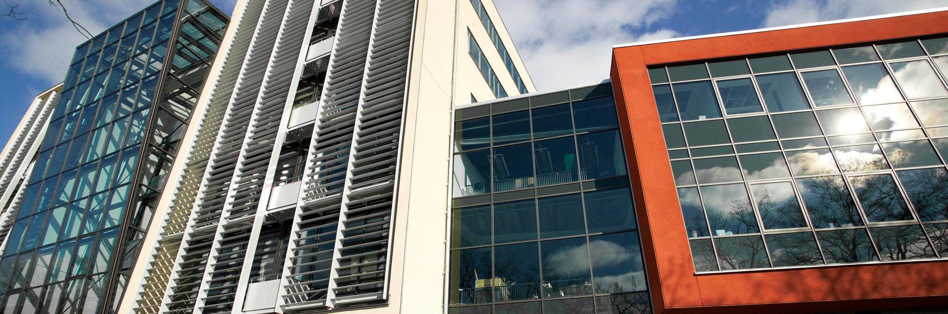 Sten- och fönsterfasader på Biotech Center.