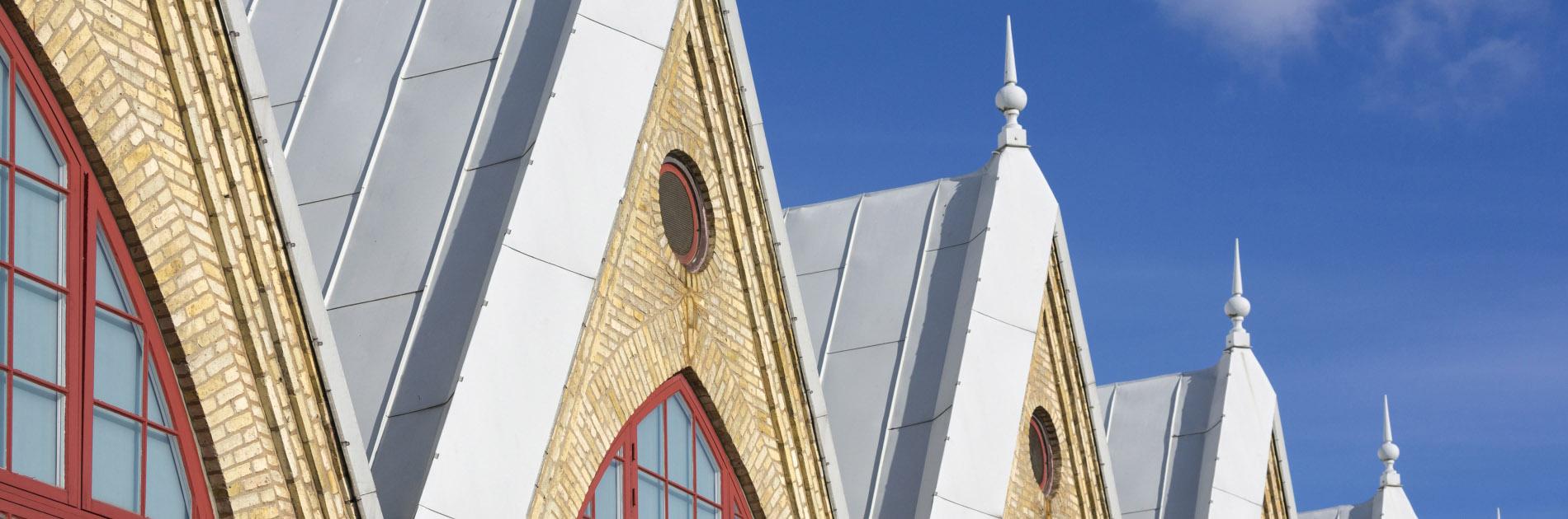 Feskekôrkas gula tegelfasad, röda fönster och spetsiga tak.
