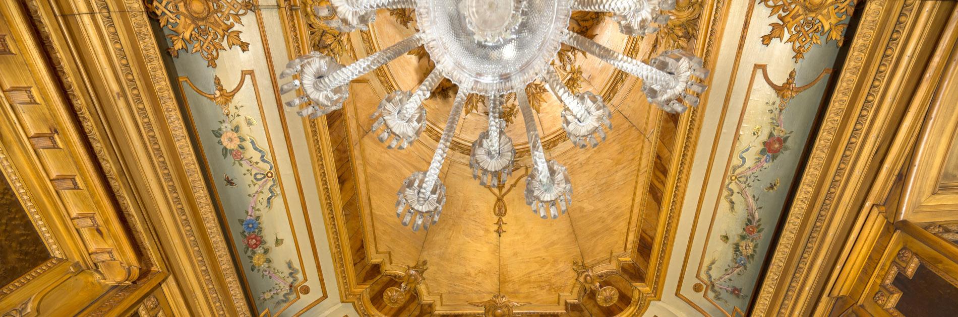 Guldfärgat tak med takkrona på insidan av Gegerfeltska Villan.