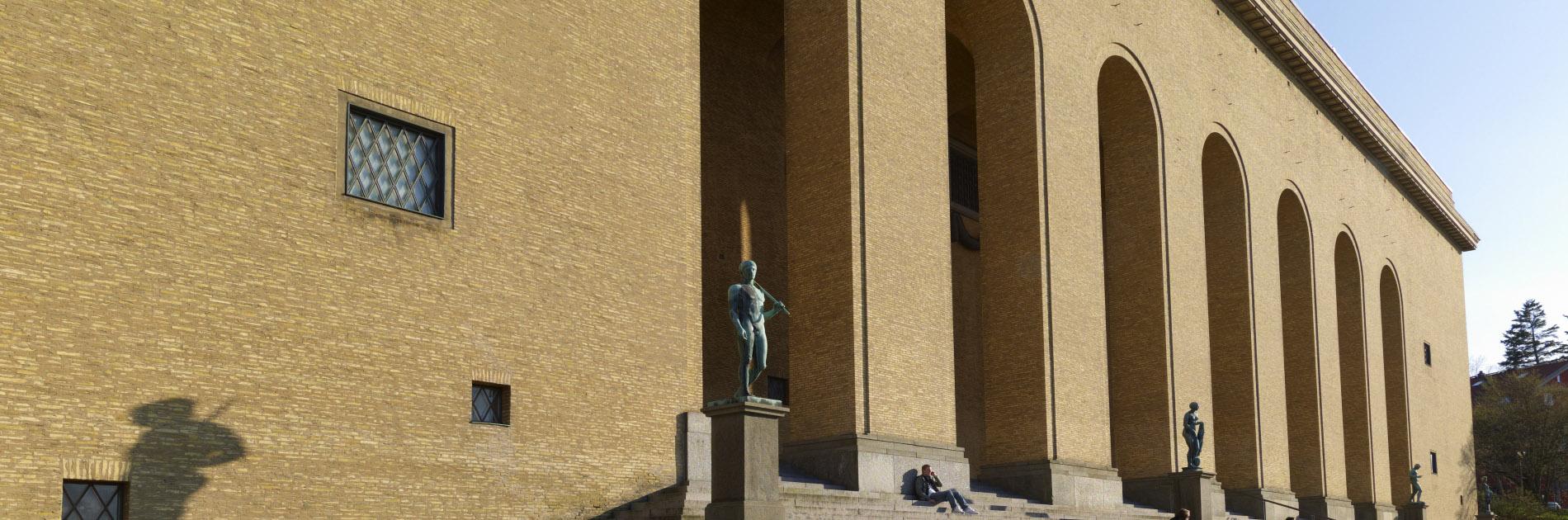 Den ljusa tegelfasaden och de sju portalerna på Göteborgs konstmuseum.