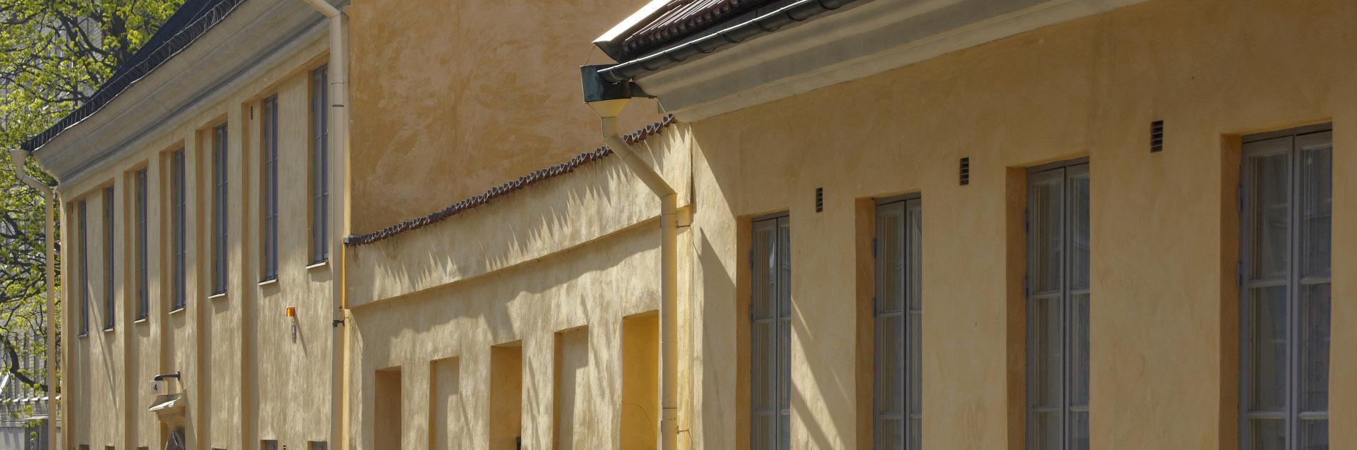 Den gula stenfasaden på Kronhusbodarna.