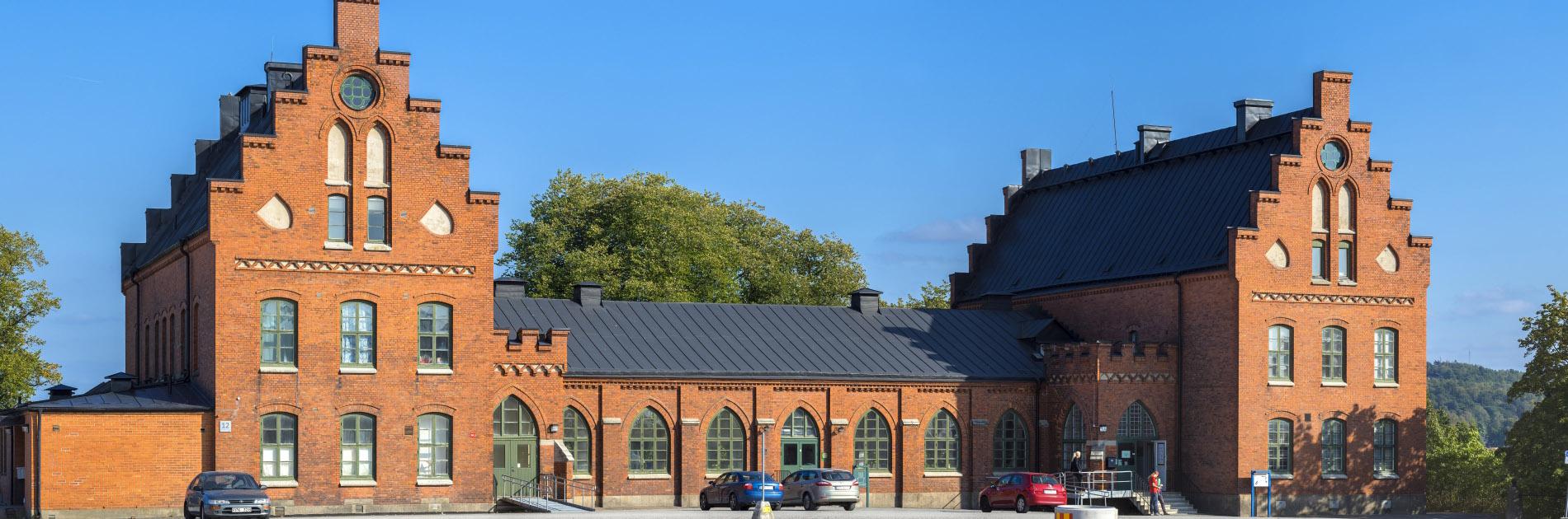 Utsidan av en av de röda tegelbyggnaderna på Kvibergs Kaserner.