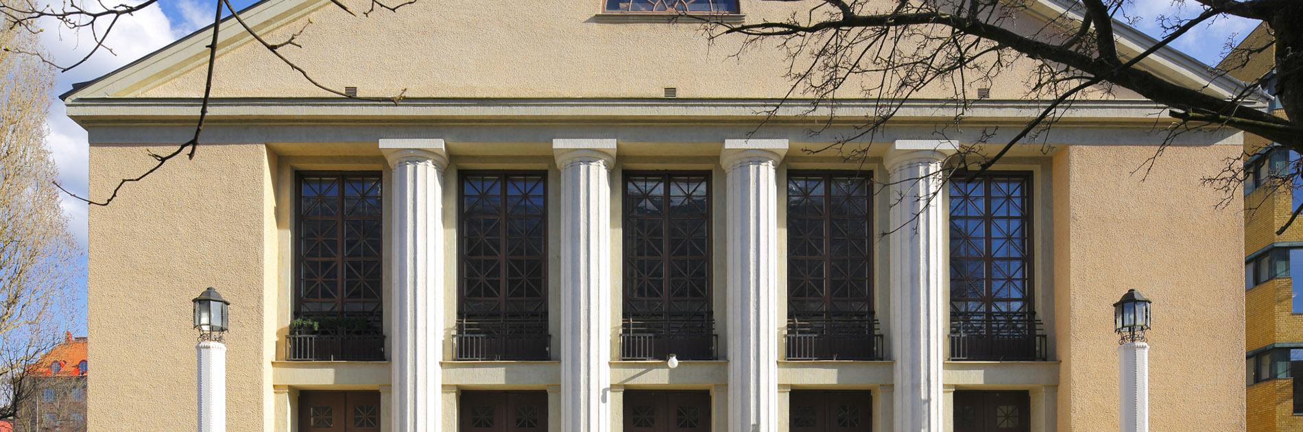Framsidan av Lorensbergsteatern med höga pelare och stora fönsterpartier.