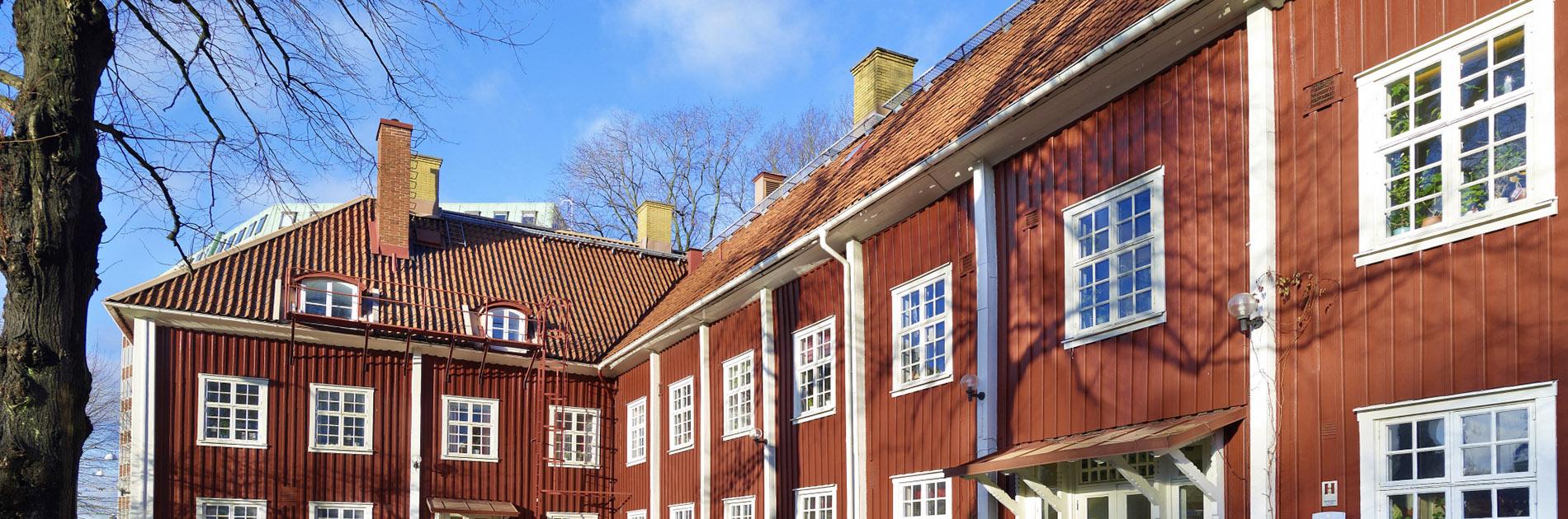 Den röda träfasaden och de vita fönstren på Mariagården.